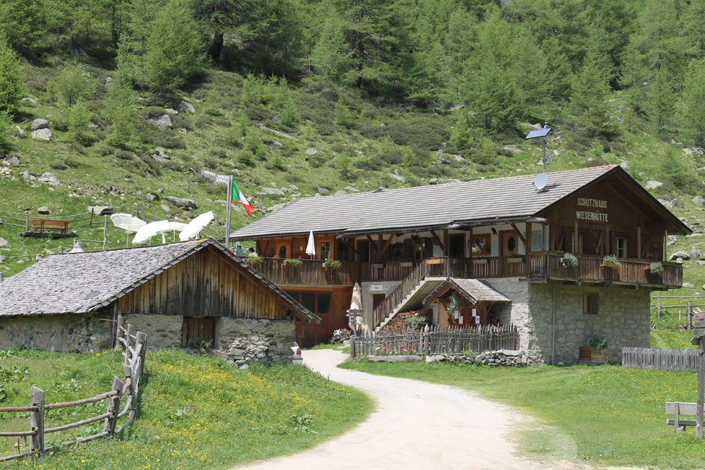 Wieserhütte – The alpine lodge in the Altafossa Valley